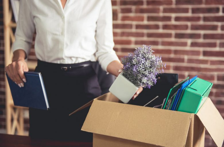 kobieta_pakuje_swoje_rzeczy_w_odchodzi_z_pracy